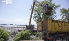 Și uite așa, cine nu reușește să taie iarba ajunge să se laude că strânge gunoiul din Dunăre