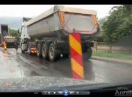 VIDEO/Asfaltare pe ploaie la Brăila. Probabil, șoseaua o să reziste până la toamnă