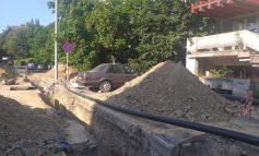 Gălățenii sunt inventivi și nesimțiți: o mașină a rămas izolată în mijlocul unui șantier