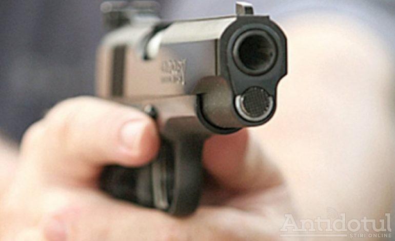 Vestul sălbatic de la Tecuci. Jandarmii au tras cu pistolul pentru a se apăra de un tânăr care i-a atacat cu un topor