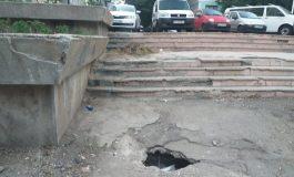 """Imagini sugestive din comuna Galați. În centrul așezării, lângă un bătrân crater a apărut o """"căpiță"""" de iarbă"""