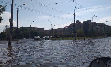 FOTO/ VIDEO Apa-i bună, dar pentru agricultură. Numeroase străzi ale orașului Galați au fost inundate după o ploaie de jumătate de oră
