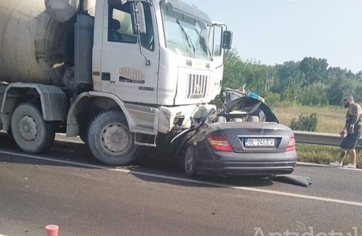 O betonieră a spulberat un autoturism la intrarea în Șendreni. Două persoane au murit
