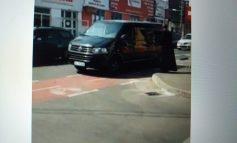 VIDEO/Mașina Sfântului Duh a parcat pe o pistă de biciclete din orașul Galați