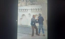 VIDEO/Bătaie în fața Poliției între două persoane fără adăpost, aflate sub influența alcoolului