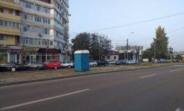 Incredibil: un constructor a pus o latrină în mijlocul unui bulevard din orașul Galați