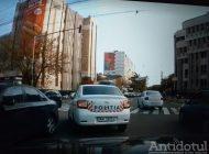 Video/Omul legii încalcă legea. Un polițist a fost filmat în timp ce conduce o mașină de Poliție și încalcă prevederile Codului Rutier