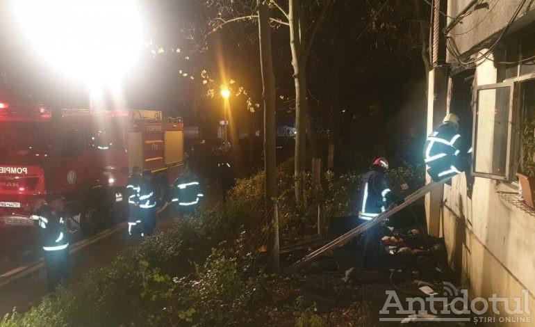 VIDEO Bloc evacuat în orașul Galați din cauza unui incendiu. Mai multe persoane au avut nevoie de medici