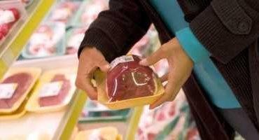 Patronul unei societăţi comerciale, din Moreni, sancţionat pentru vânzarea de alimente expirate