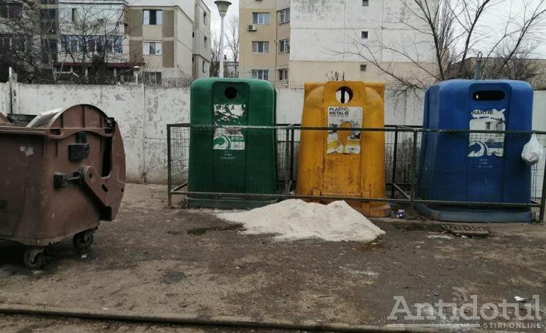 Niște gunoaie din Galați au furat câteva pubele pentru depozitarea materialului antiderapant