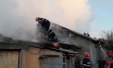 Incendiu la două case din municipiul Giurgiu. Flăcările s-au propagat de la una la cealaltă