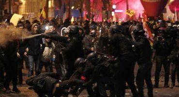 Poliţia franceză a tras cu gaze lacrimogene în protestatarii din Paris care contestă reformele preşedintelui Macron