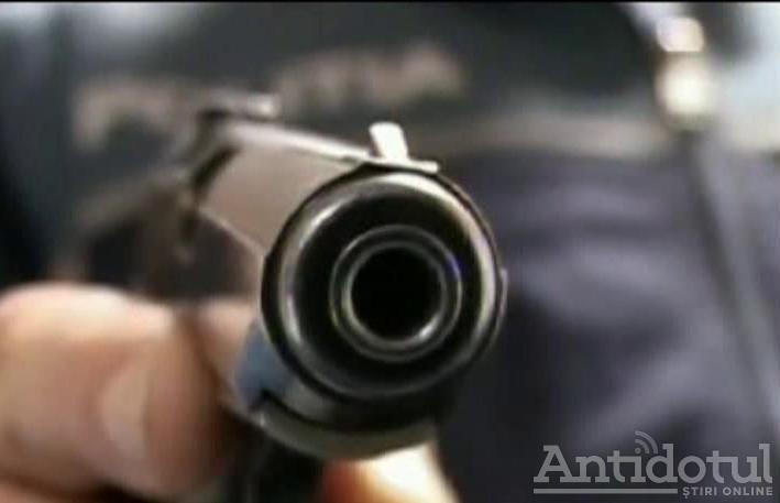 VIDEO/ Cum se trage cu pistolul pe străzile din Tecuci