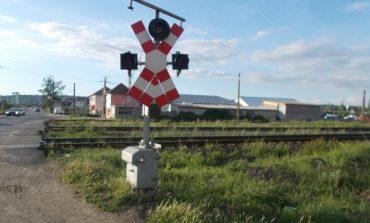 Cum se mai distrează micuții din zilele noastre: distrug semnalele luminoase de la calea ferată