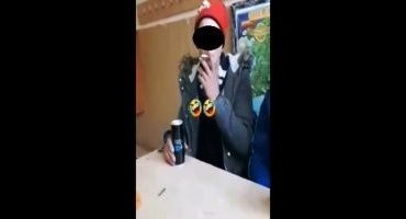 VIDEO Elevii încurcă şcoala cu barul. Adolescent filmat în timp ce fuma în clasă, cu energizantul pe masă