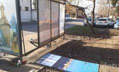 """FOTO/""""Imbecili fără cap"""". Mai mulți cetățeni europeni au distrus o stație de autobuz și o fântână ornamentală din Galați"""