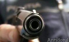 Împușcături la Munteni. Un bărbat care a atacat cu sabia o patrulă de poliție a fost împușcat în picior