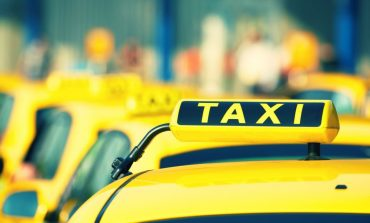 Galați, UE, 2020: un șofer de taxi aruncă patru pungi de gunoi din portbagaj