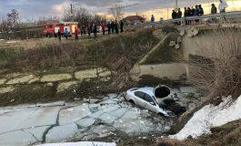 Beat să fii, noroc să ai: un cetățean a plonjat cu mașina într-un canal cu apă înghețată și a scăpat cu o rană în cazier