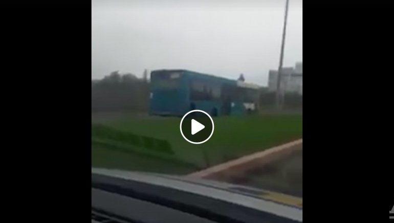 VIDEO: Poliția a rămas cu gura căscată când a văzut un autobuz mergând agale pe contrasens