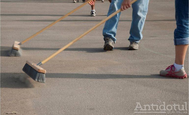Masca de protecție e incomodă? Ia treci tu la măturat trotuare – măsură interesantă într-o țară de departe