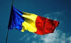 """Ce """"băeți"""" de caterincă. Trei adolescenți din județul Galați au aruncat drapelul României într-o râpă"""