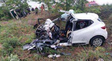 Teribil accident de circulaţie pe drumul european E581. Doi tineri şi bebeluşul lor au murit după ce maşina în care circulau a lovit frontal un autotren