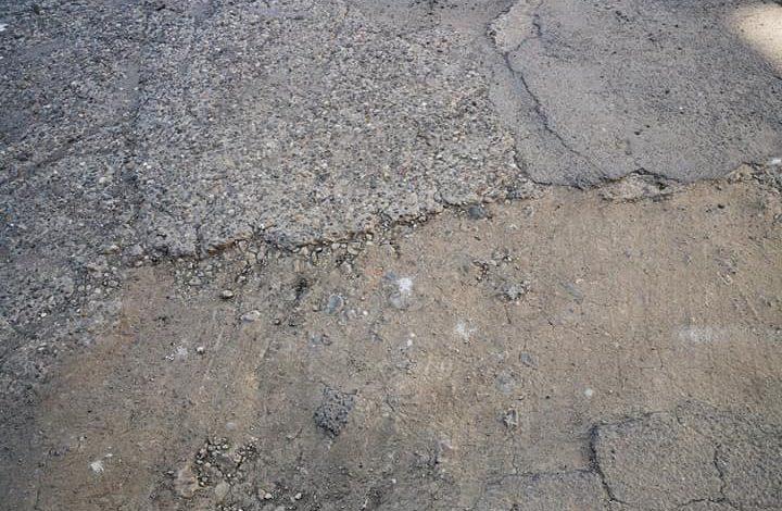 Locatarii unui bloc de pe strada Domnească cer să li se asfalteze aleile de lângă bloc și să fie mutată pubela de gunoi