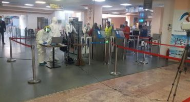 """VIDEO Turişti români, testaţi pentru COVID-19 pe Aeroportul din Creta. """"Am fost înghesuiţi într-un spaţiu de 50 de metri pătraţi"""""""