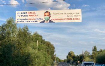 Din motive de aglomerație electorală, un politician s-a pozat cu mască pe bannerul electoral