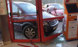 FOTO/O mașină Opel a încercat să intre într-un magazin Penny. Nu a reușit!