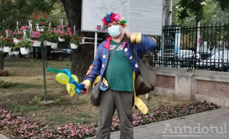 FOTO/Doar clovnii poartă mască de protecție în parcurile din Galați