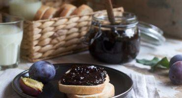 Magiun dietetic din prune şi nuci uşor coapte