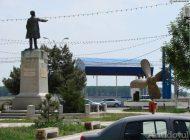 Primarul de stânga al Galațiului i-a trimis pe cetățeni să se plimbe în jurul statuii unui mare politician de dreapta