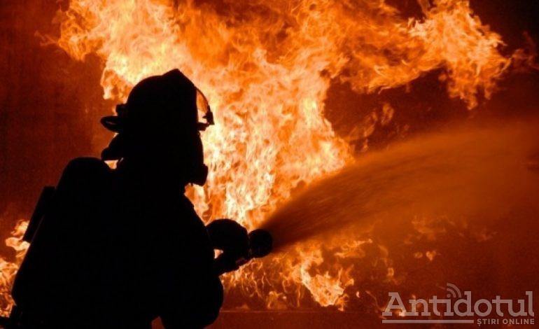 Tragedie după tragedie. Doi oameni au murit într-un incendiu izbucnit într-un bloc din Micro 39
