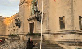 De ziua României, Elena Gheorghiță a înălțat tricolorul în fața primăriei din Southampton
