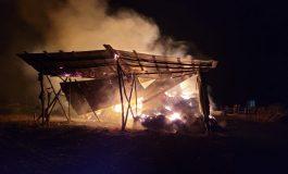 Prăpăd la o fermă din județul Galați. Pompierii încearcă să stingă un incendiu de aproape 13 ore