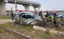 Un tren a lovit în plin o mașină la ieșirea din Tecuci