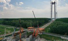 Mega-operațiune: se construiește platforma de lucru a podului de la Brăila
