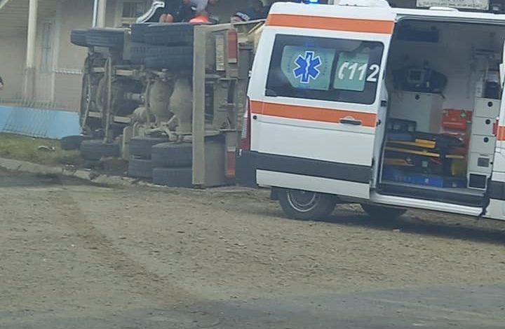 Un camion încărcat cu pietriș a lovit o troiță și s-a răsturnat