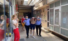 VIDEO: Polițiști locali scuipați, loviți și umiliți de un golănaș de cartier