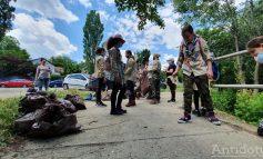 Copiii au adunat peste 200 de kilograme de deșeuri aruncate de adulți pe malul Dunării