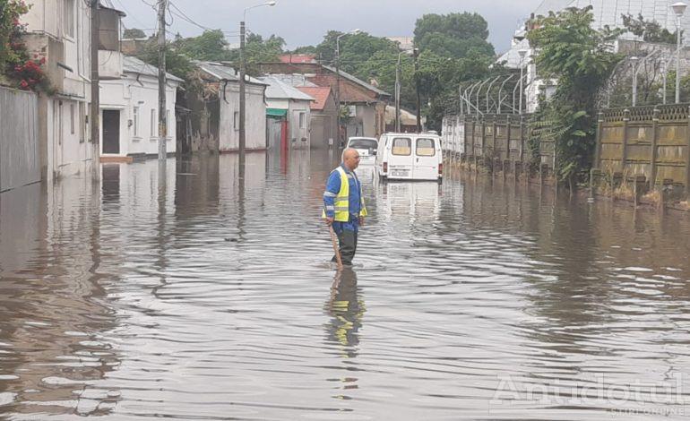 Marea bălăceală. Ploaia torențială a inundat mai multe străzi ale orașului Galați