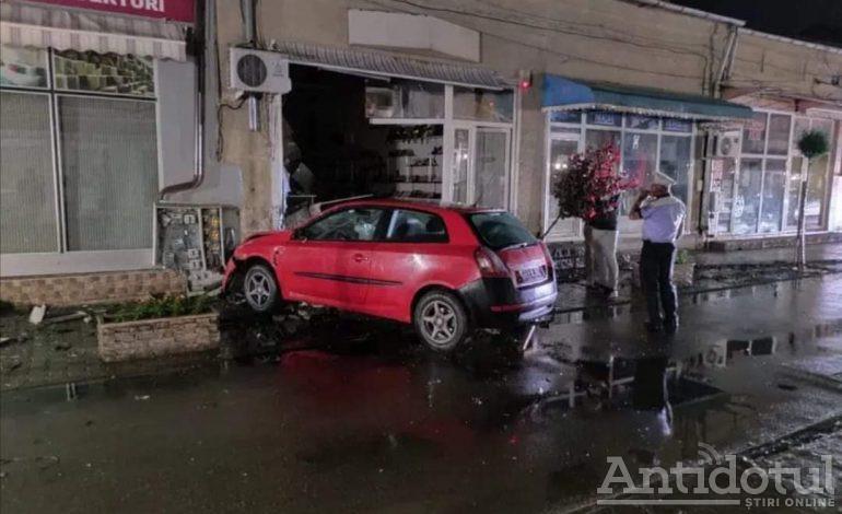 O mașină s-a izbit în vitrina unui magazin din Tecuci