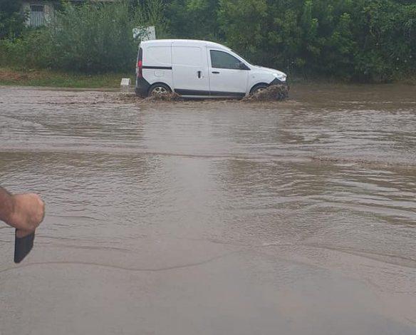 Video dronă/ Un drum din zona Tg.Bujor, acoperit de ape și noroaie