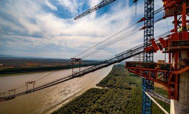 VIDEO/O nouă etapă pe șantierul podului peste Dunăre de la Brăila. Constructorul montează cablul principal
