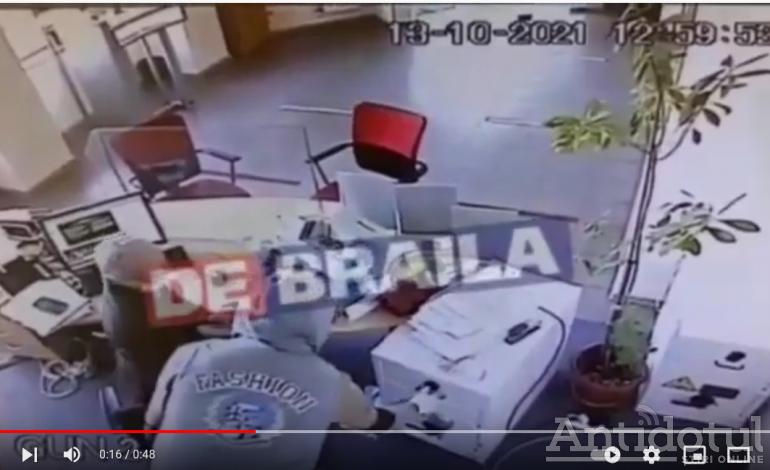 Jaf ca-n filme la o bancă din Brăila. Hoțul a plecat cu banii (video)