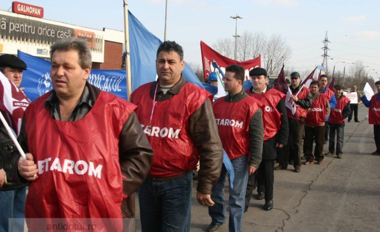 Liderii celor trei sindicate au protestat la poarta ArcelorMittal. Muncitorii nu!