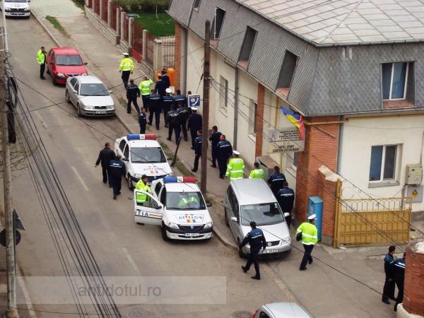 Efective sporite de poliţişti, cu maşinile de serviciu la cîrciumă