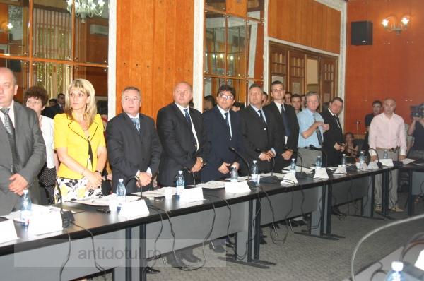 Consiliul Local a mărit cu 30% salariile funcţionarilor din Primărie